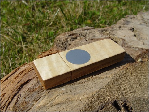USB stick 'Face' of Sycamore maple wood